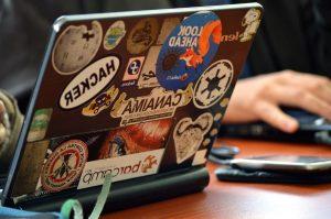 stickers op laptop